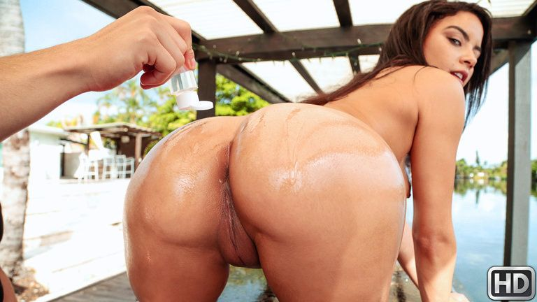 8thstreetlatinas presents mayabijou032818 in episode: Maya Gets Soaking Wet