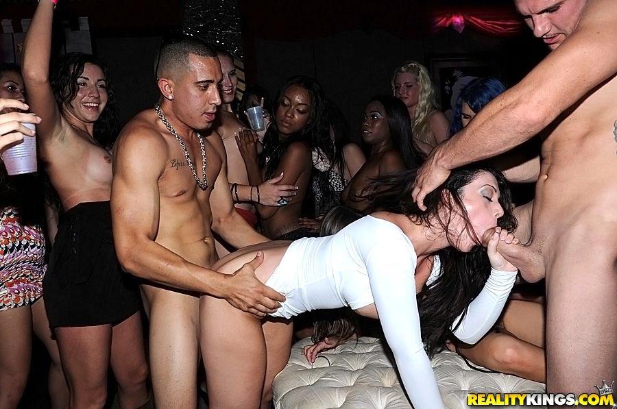 Порно рассказ мою жену трахнули в ночном клубе