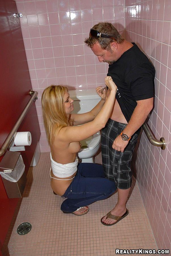 видео трахнул в туалете в баре опытные киски очень