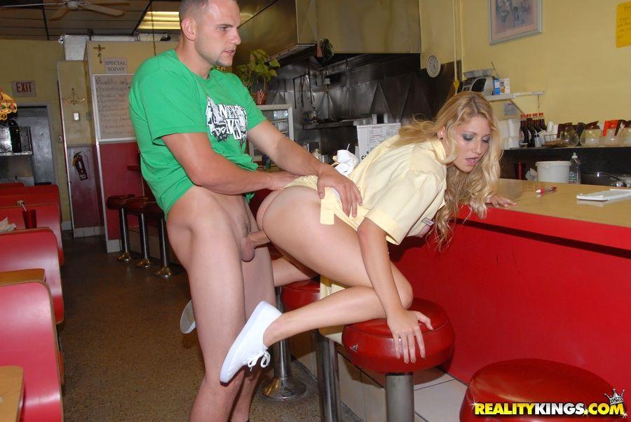Девушка не заплатила в кафе и ее порно